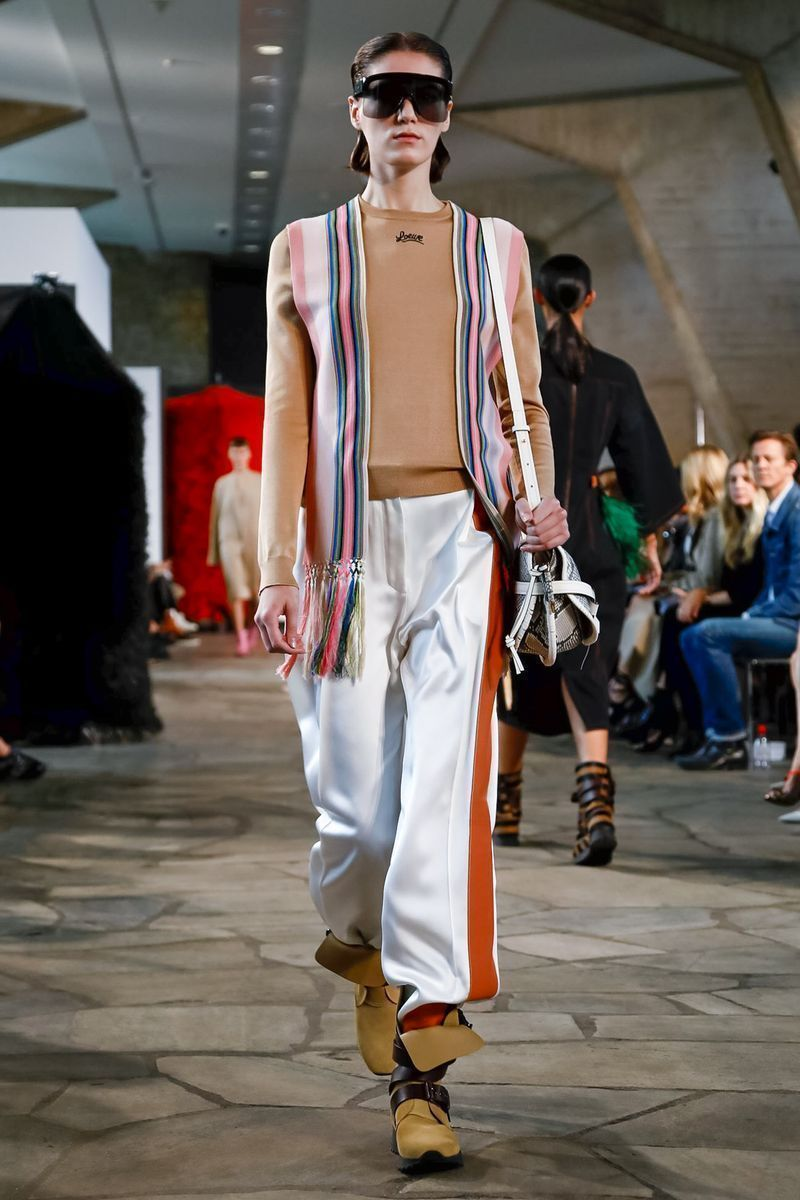 d06e331225 Loewe SS19. Big accessories such as bags or XXL sunglasses – which Rick  Owens also put on the catwalk yesterday – and boots on his feet