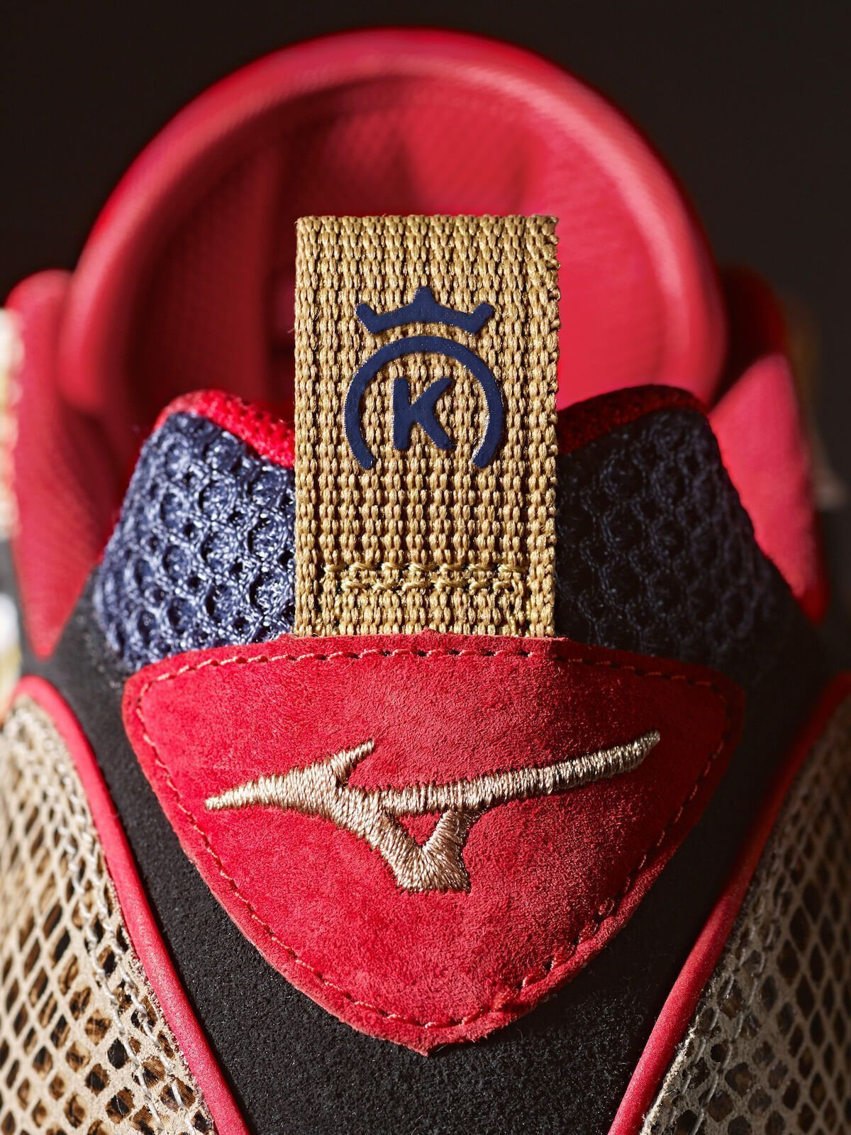 6a5753773de9 The combination of taste in design added to the boom of the Wave Rider 1 in  the market make the proposal a winning combination. The 24 Kilates x Mizuno  ...