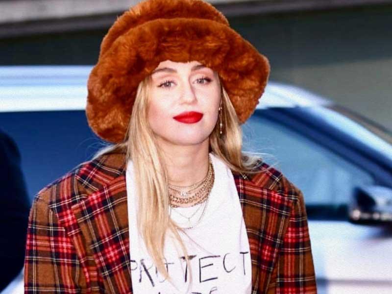 Emma Brewin conquista U.K.con sus sombreros faux fur sostenibles