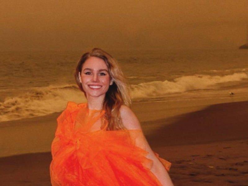 Esta influencer utiliza los incendios de California para vender su vestido